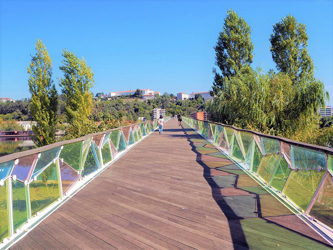 die Fussgängerbrücke über den Fluss Mondego führt in die Altstadt
