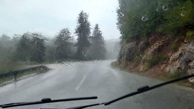 da kann die Landschaft noch so schön sein, stundenlanges Kurven in den Bergen bei Dauerregen macht mürbe und müde
