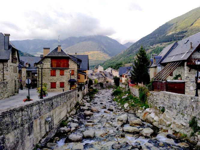 dieser Bach rauscht vom Berg hinunter ins Dorf