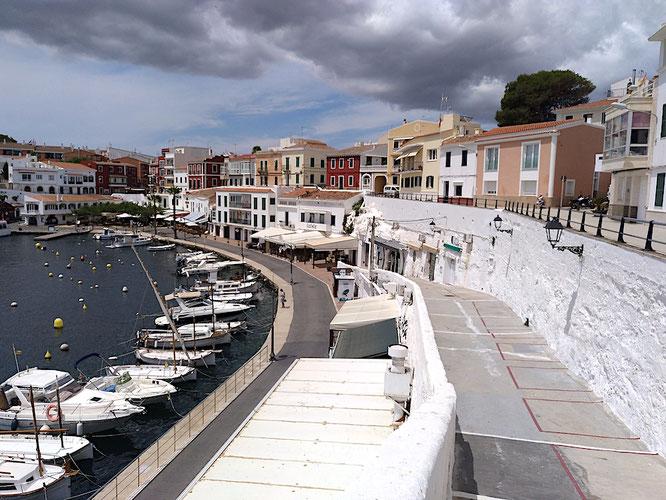 auf zwei Etagen kann man am Hafen von Es Castells flanieren, unten liegen die Restaurants