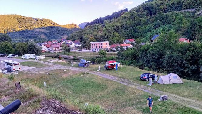 Blick von oben auf das Autocamp an der Jugendherberge