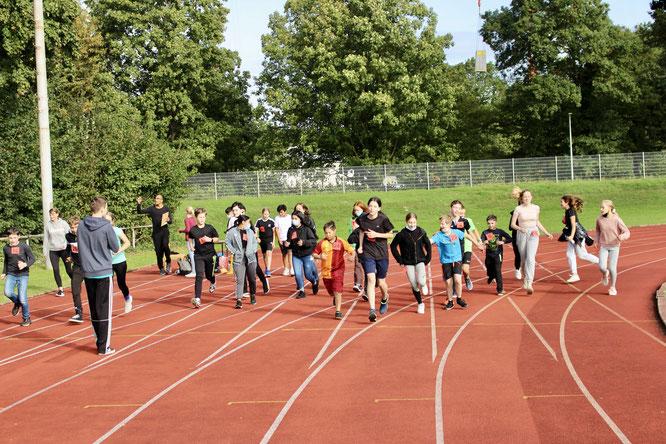 Herr Kehler (vorne links im Bild) gibt den Startschuss für die 7b.