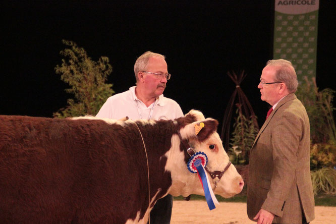 Mercurey reçoit son titre de meilleure génisse 2016 par le juge irlandais Des Kelly