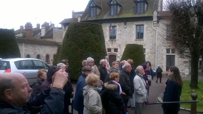 """La guide à droite de la photo : """" Bonjour à tous, petite visite dans Moret-sur-Loing """""""