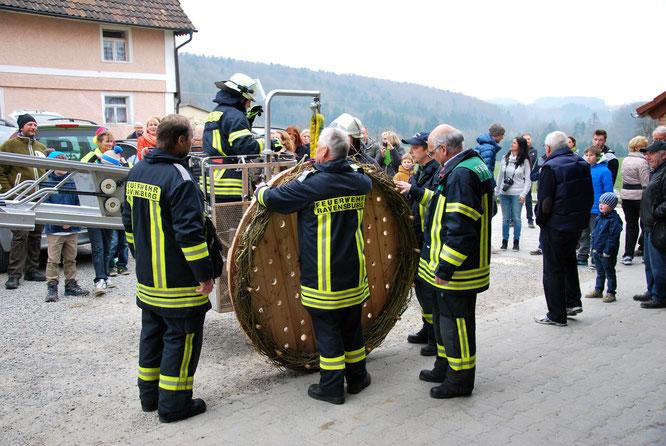 Bild: Weißstorch-Plattform wird von der Feuerwehr Eschbach auf Gut Hügle Bottenreute befestigt