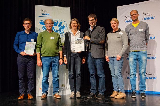 """Foto NABU Stadt Ravensburg erhält Auszeichnung für """"Natur nah dran"""" Flächen vom Staatsekretär Andre Baumann und Johannes Enssle"""