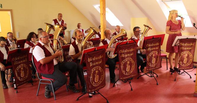 Die Oderbrucher Blasmusik geleitete die Arensdorfer Senioren im schmucken Gemeindezentrum ins Wochenende