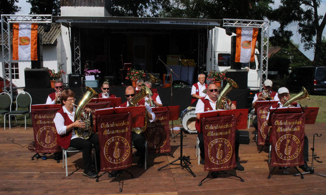 Die Oderbrucher Blasmusik eröffnete das diesjährige Backofenfest mit Oldies, Schlagern und gute Laune-Titeln auf der sonnenverwöhnten Festwiese