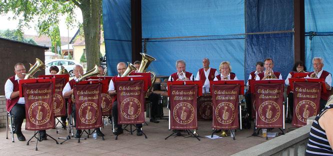 Zünftige Blasmusik zum Eisbeinessen auf dem Dorfanger in Eggersdorf