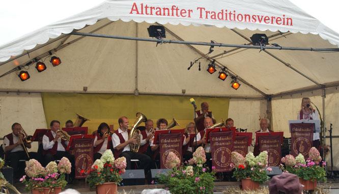 Zum Altranfter Erntefest spielen die Oderbrucher Blasmusikanten Wunschtitel des Publikums