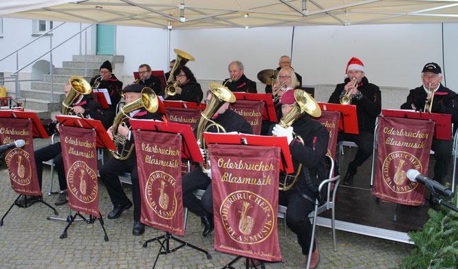 Zum 1. Advent spielte die Oderbrucher Blasmusik im Innenhof der Brennerei des Schlosses Neuhardenberg