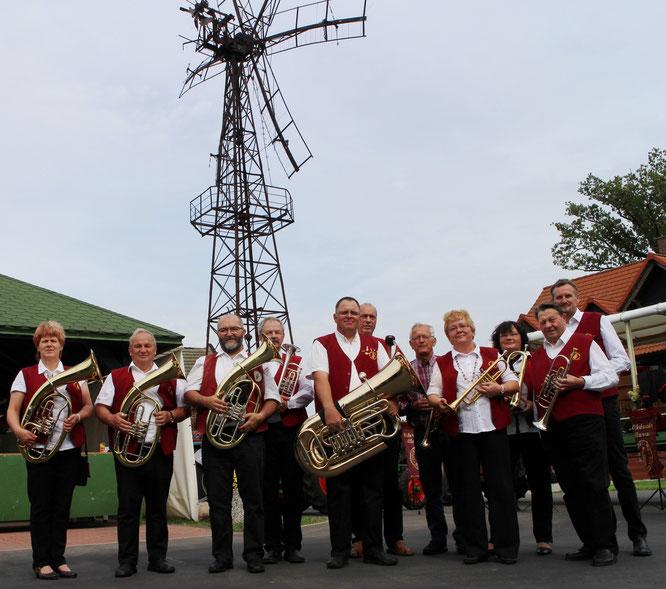 Die Oderbrucher Blasmusik kam überraschend zum Mühlenfest auf den Birkenhof
