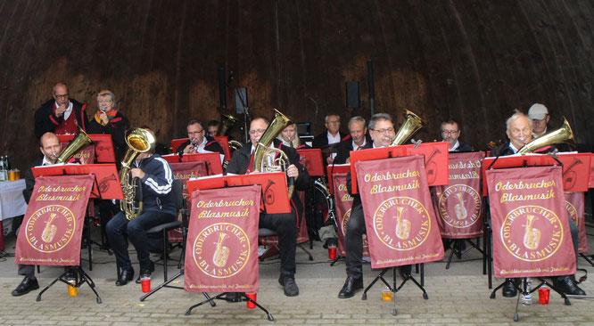 Die Oderbrucher Blasmusik spielt bei der Kirmes in Falkenhagen