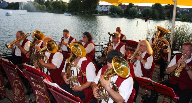 Die Oderbrucher Blasmusik spielt zum 20. Müllroser Zapfenstreich gemeinsam mit dem Müllroser Musikverein