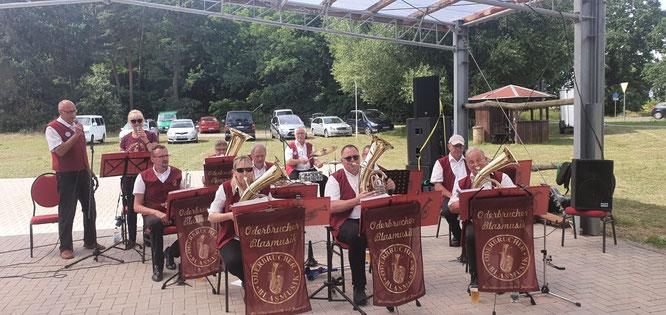 Die Oderbrucher Blasmusik spielt auf der Arensdorfer Festwiese