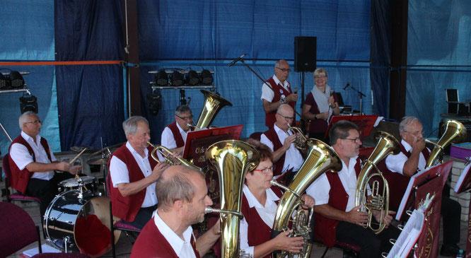 Die Odeerbrucher Blasmusik eröffnet das Dorffest in Eggersdorf mit einem Platzkonzert zum Frühschoppen