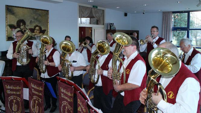 Die Oderbrucher Blasmusik gratuliert im Brandenburger Hof Seelow