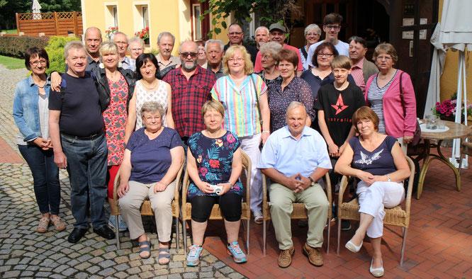 """Die Musikantenfamilie ganz in """"Zivil"""" im Mühlenhotel. Vom Schöpsthal ging es nach Görlitz, der östlichsten Stadt Deutschlands"""