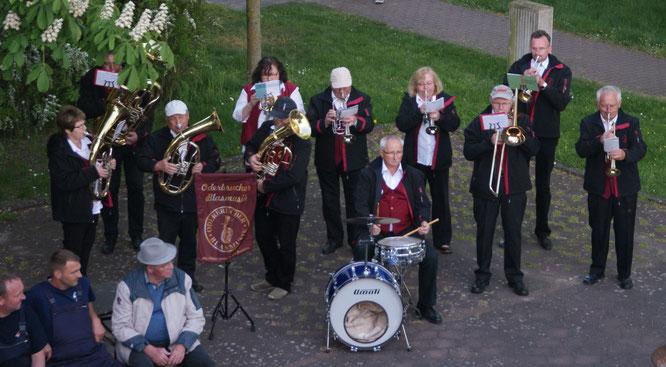 Maibaumaufstellen, Fackelumzug und geselliges Beisammensein mit Blasmusik am Gorgaster Schloss