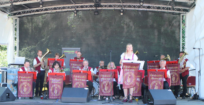 Die Oderbrucher Blasmusik unterhält die zahlreichen Aussteller und Besucher auf dem Alt Tuchebander Festgelände