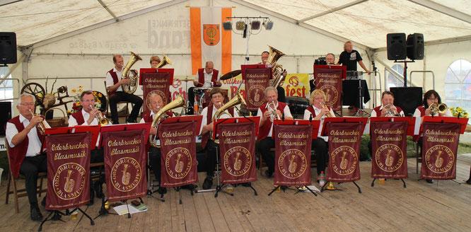 Die Oderbrucher Blasmusik spielt in der Musikantenscheune zum 19. Backofenfest in Buschdorf