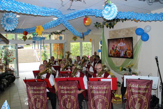 Auch in diesem Jahr begleitete die Oderbrucher Blasmusik das Oktoberfest in der Seniorenresidenz am Wukensee