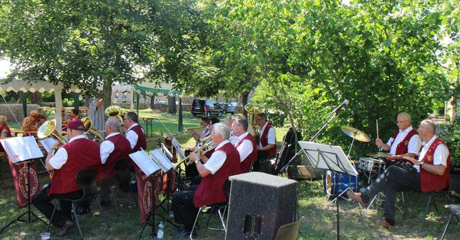 Zum Start in den Sommer spielt die Oderbrucher Blasmusik an der Dolgeliner Feldsteinkirche