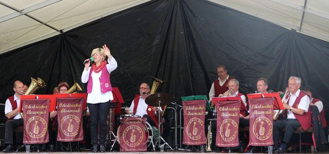 Die Oderbrucher Blasmusik unterhält die Neutrebbiner und deren Gäste zu den Dorffestspielen