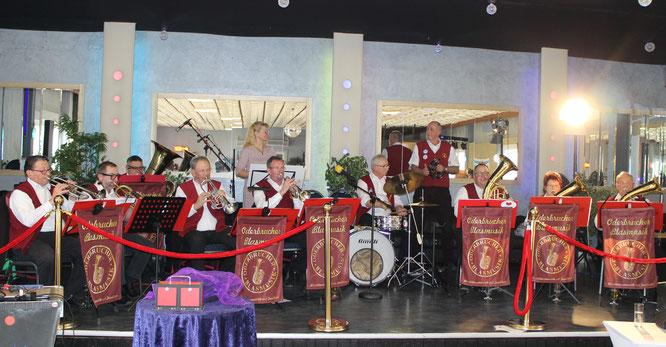 Die Oderbrucher Blasmusik überbringt einen musikalischen Blumenstrauß  zum 20. Jubiläum der freundschaftlichen Beziehungen zwischen den Gemeinden Helperknapp (L) und Zechin
