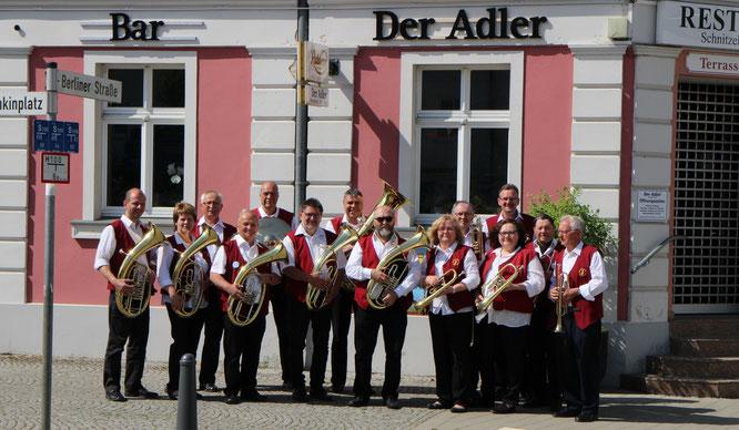 Die Oderbrucher Blasmusik beim Frühschoppen der Adler-Herrentagsparty auf dem Seelower Marktplatz