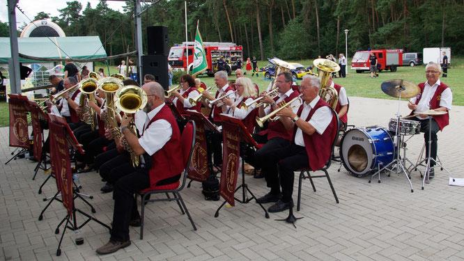 Die Oderbrucher Blasmusik gratulierte der Feuerwehr Arensdorf musikalisch zum 110. Jubiläum