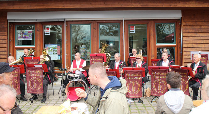 Mit Trompete, Tuba und Posaune gab`s Sonnenschein und gute Laune