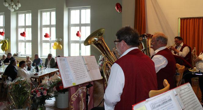 Die Oderbrucher Blasmusik gratuliert musikalisch zur Goldenen Hochzeit