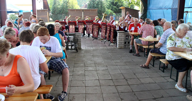Blasmusik zum Eisbeinessen im Dorfzentrum von Eggersdorf