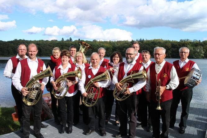 Die Oderbrucher Blasmusik unterhielt die zahlreichen Gäste auf dem Areal des Schweizer Hauses am Schwarzen See