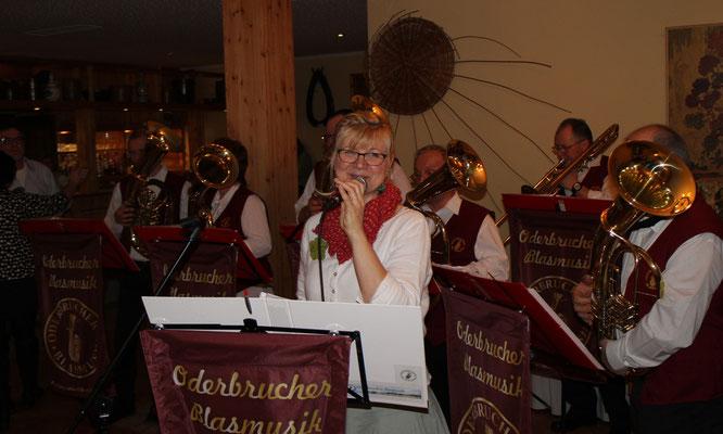 Die Oderbrucher Blasmusikanten gratulieren mit zünftiger Blasmusik