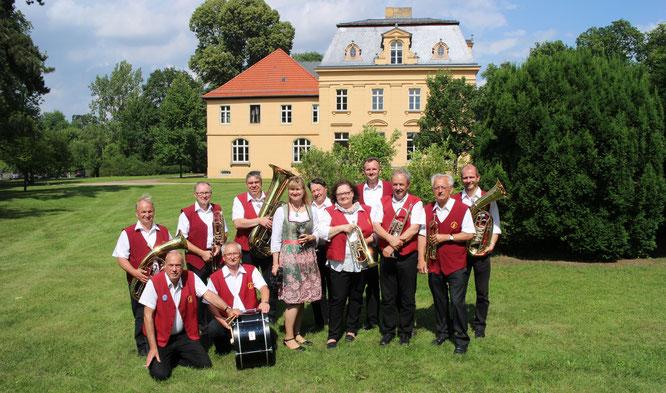 Die Oderbrucher Blasmusik spielt im Schlosspark Altranft