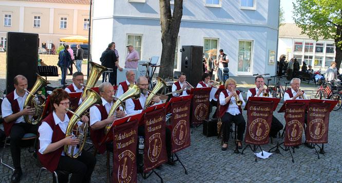 Die Oderbrucher Blasmusik spielt zum Herrentag auf dem Seelower Marktplatz