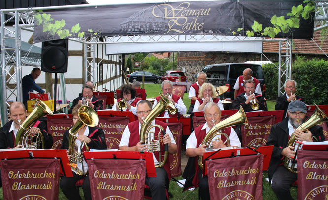 Das Weingut Patke hatte zum 1. Weinfest geladen und die Oderbrucher Blasmusik begrüßte die Gäste auf dem Hof des Vorlaubenhauses
