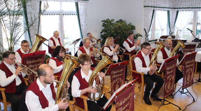 Mit beschwinkten Titeln vom Schlager bis zum Walzer unterhielt die Oderbrucher Blasmusik die Bewohner des Seniorenheims und überbrückte die Zeit zwischen Frühstück und Mittagessen