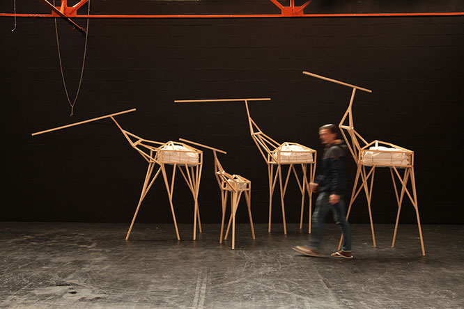 Michaël Camellini beim Arrangement der Skulpturengruppe Primary Movement im Atelier, 2017.