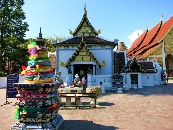 Auf dem Tempelgelände des Wat Chedi Luang