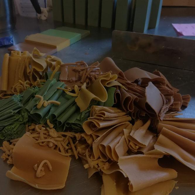 Chutes de savon qui feront les confettis de couleur dans un autre savon!
