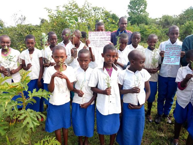 Die Schülerinnen und Schüler der EKIMA Primary School beim Pflanzen von 200 Setzlingen