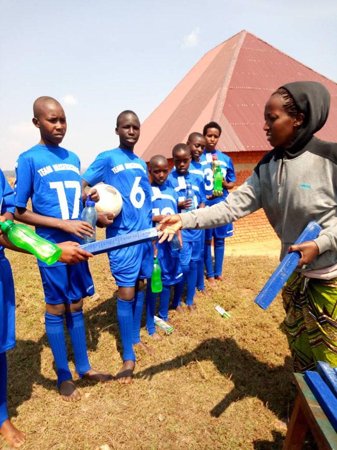 Mission Kongo e.V. Süd-Kivu Projekt Kinder bekommen Trikots aus Münster