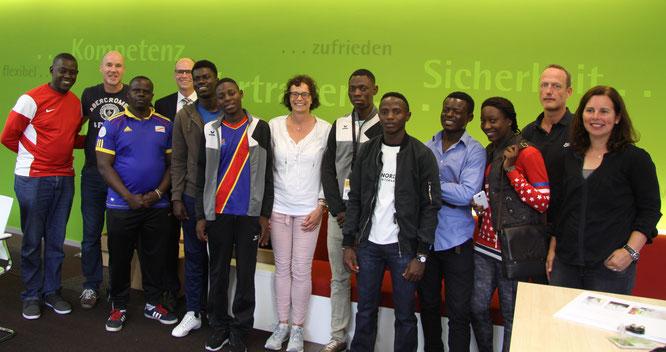 Die zukünftigen Mitarbeiter und motivierten Ausbilder des neuen InternetCafé's beim Training im Gebäude der LVM Versicherung in Münster. Mit freundlicher Unterstützung von Helfen verbindet Menschen e.V.