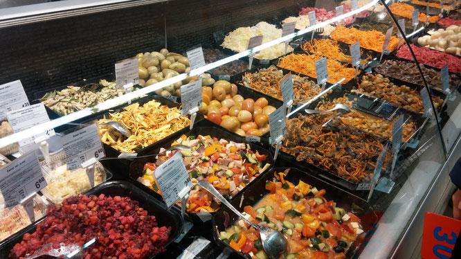 Bunter Ausschnitt der Salatabteilung eines Supermarktes in Kiew