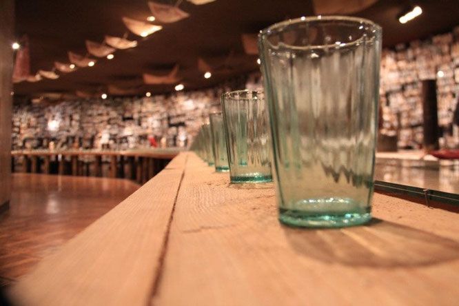 Die Gläser stehen für Holocaustopfer, welche nicht am gedeckten Tisch erscheinen konnten.