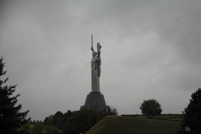 """Die riesige """"Mutter Heimat"""" Statue ist bereits aus großer Entfernung zu sehen"""