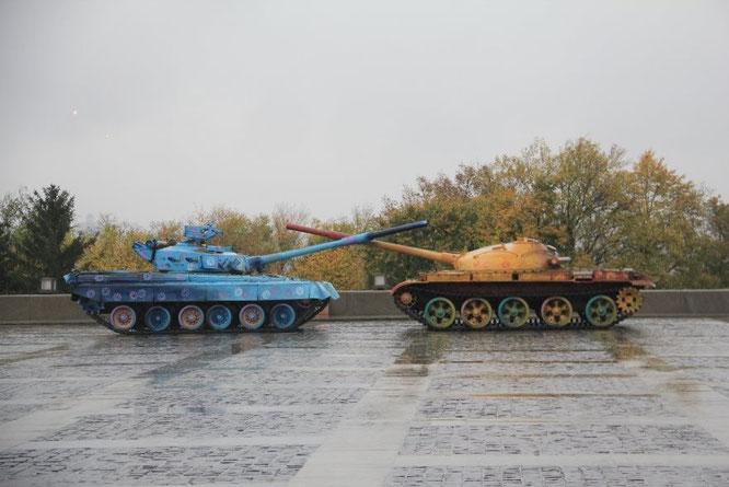"""Bemalte Panzer in """"küssender"""" Stellung"""
